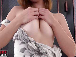 Playgirl sexy con tatuaggi gode di uno strumento paffuto nel suo canale di amore sessuale